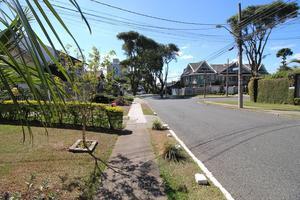 Sobrado duplex e casa térrea no Guabirotuba.