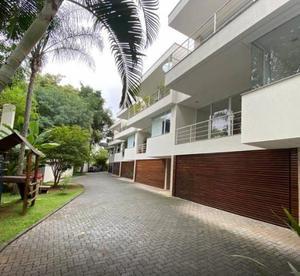 Espetacular casa de alto padrao em condominio fechado!!! São 425 m² de área construída, muito bem distribuídos, living super amplo, 3 ambientes com la